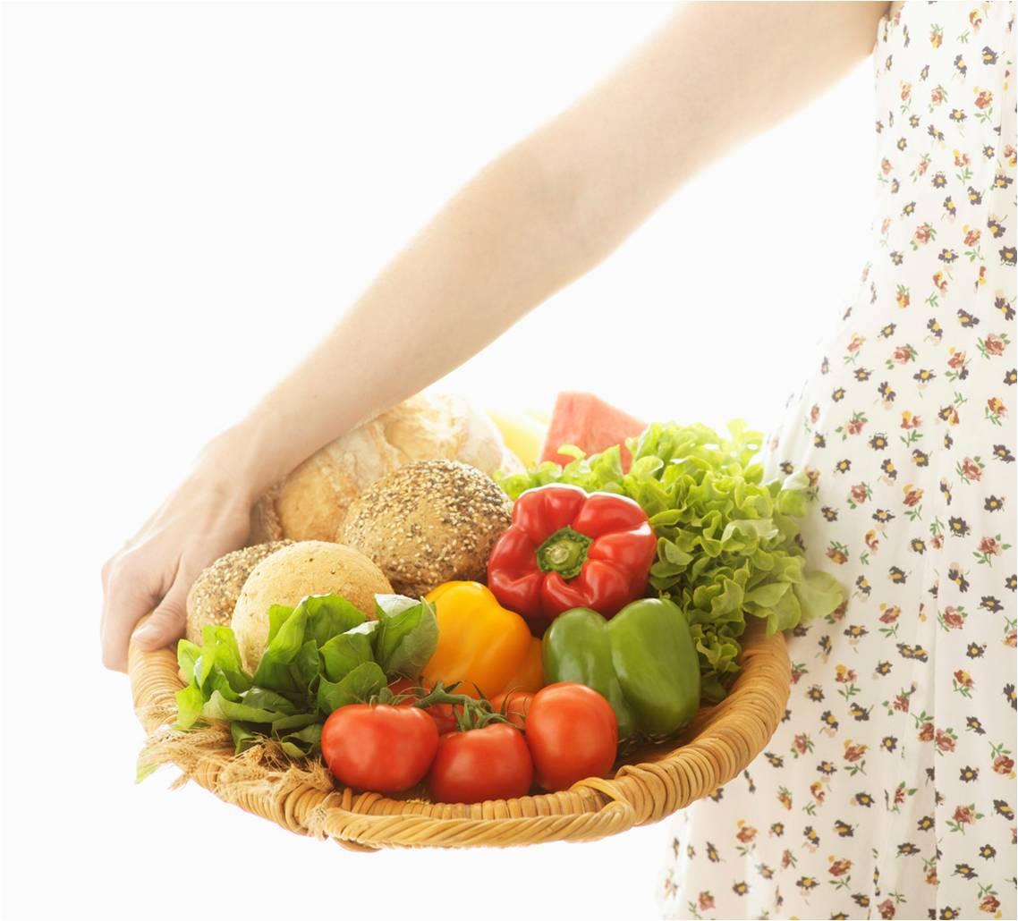 Chica cesta fruta