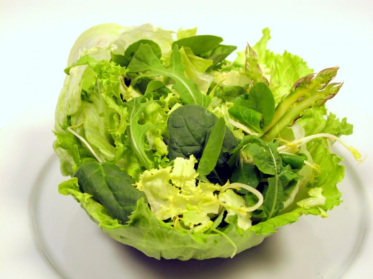 Recetas de ensaladas perfectas para un verano m s fresco faros hsjbcn - Diferentes ensaladas de lechuga ...