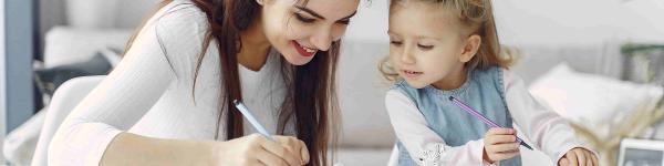 Madre e hija dibujando