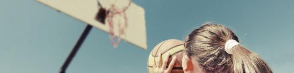 Nena jugant a bàsquet