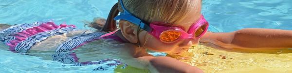 Nena practicant natació