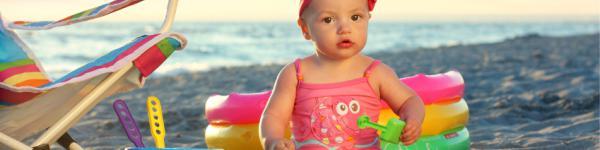 Nena petita jugant a la platja