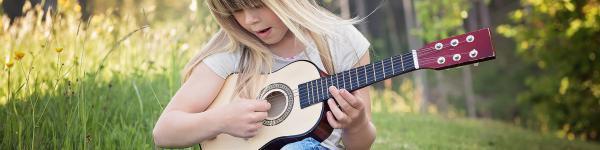 Nena tocant la guitarra