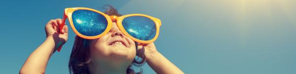 Niña con gafas de sol