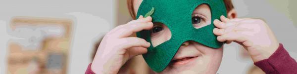 Nen disfressat amb una màscara