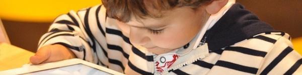 Nen jugant amb una tauleta