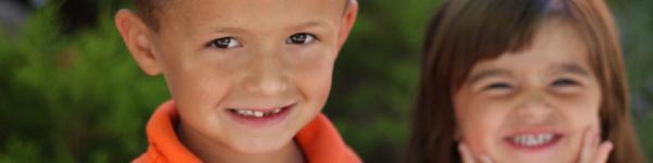 Nens somrient