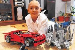 Cosmin jugando al Lego