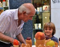 La meitat dels avis cuida els néts gairebé cada dia