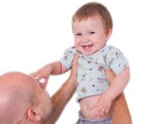 Per què les dones dediquen més temps que els homes a la cura dels fills?