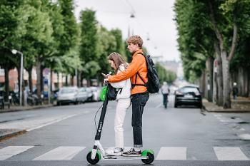 Niños en patinete eléctrico