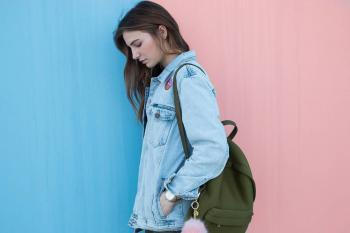Noia adolescent recolzada en una paret