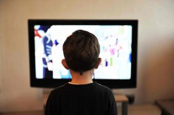 Nen veient la televisió