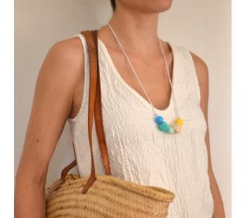 Mujer con collar de lactancia
