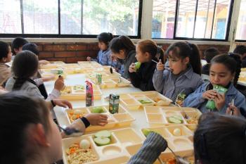 Beneficios de que los niños coman en el comedor escolar ...