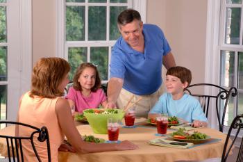Familia menjant junta