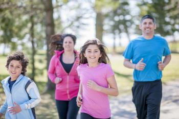 Familia corriendo al aire libre