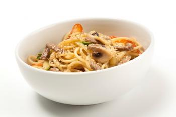 Plat d'espaguetis amb verdures de temporada saltejades i vedella