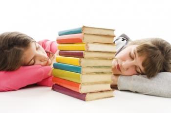 Niñas durmiendo con libros