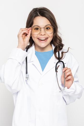 Niña haciendo de doctora