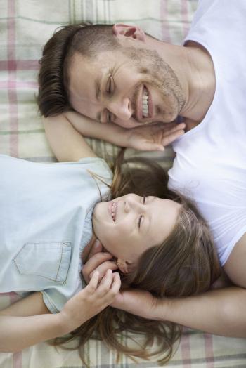 Padre e hija tumbados