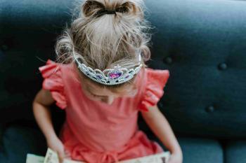 Niña con una corona de princesa