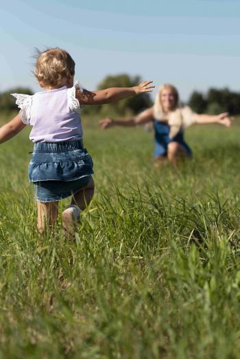 Niña corriendo hacia su madre