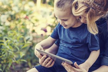 Madre e hijo con una tablet
