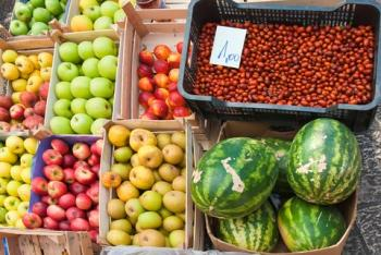 Fruita en caixes en un mercat