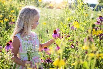 Niña en un campo de flores