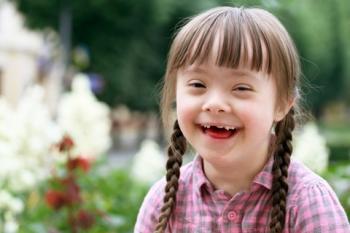Nena somrient amb síndrome de Down