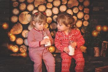 Nenes prenent llet amb decoració nadalenca