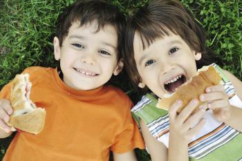Nens menjant un entrrepà