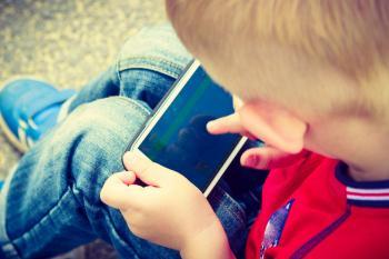 Niño jugando con un teléfono móvil