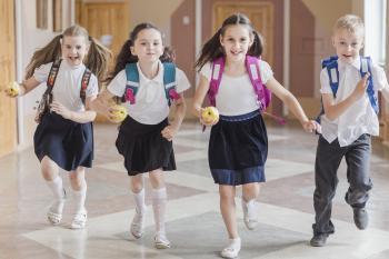 nens corrent en el col·legi. Freepik