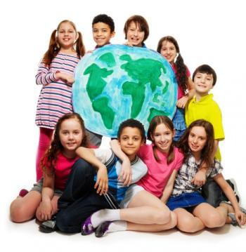 Niños delante de un globo terráqueo
