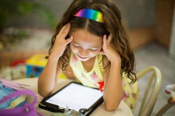 Niña con una tableta digital