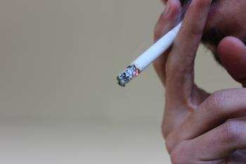Persona fumant