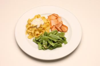 Plato combinado de judía verde, pasta y salmón