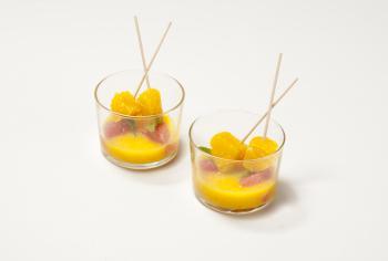 Suc de mandarines amb broquetes de fruita