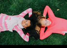 Amigues estirades sobre l'herba a l'aire lliure