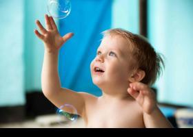 Nen jugant amb bombolles de sabó