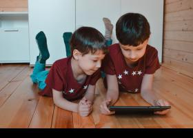 Hermanos con tablet