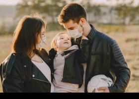 Familia con mascarilla