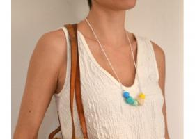 Dona amb collaret de lactància