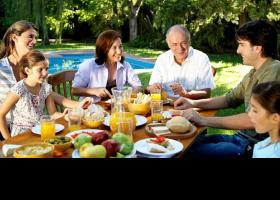Familia menjant a l'aire lliure