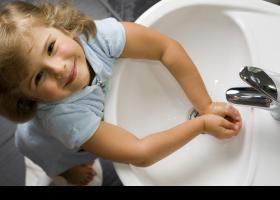 Nena rentant-se les mans