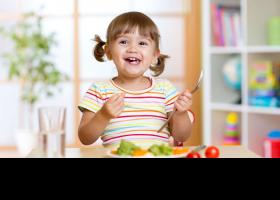 Nena menjant fruita