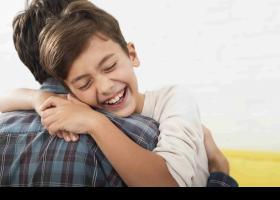 Nen abraçant al seu pare