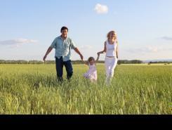 Familia disfurtando en el campo